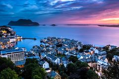 Alesund, la città più bella nella costa occidentale della Norvegia, è vago dopo il tramonto alla mezzanotte di estate immagini stock libere da diritti