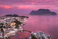 Alesund, la ciudad más hermosa de la costa occidental de Noruega, es impresionante en la salida del sol rosada Tomado del punto d fotografía de archivo libre de regalías