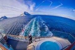 ALESUND NORGE - APRIL 04, 2018: Ovanför den utomhus- sikten av mannen som along tar bilder av den Hurtigruten resan i kryssning Royaltyfri Fotografi