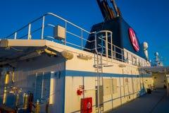 ALESUND NORGE - APRIL 04, 2018: Utomhus- sikt av den Hurtigruten resan i kryssning längs norsk kust Royaltyfri Bild