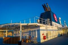 ALESUND NORGE - APRIL 04, 2018: Utomhus- sikt av den Hurtigruten resan i kryssning längs norsk kust Arkivfoton