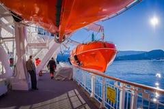 ALESUND NORGE - APRIL 04, 2018: Utomhus- sikt av livfartyg ombord av ms Trollfjord, fungerings av norrmannen Fotografering för Bildbyråer