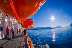 ALESUND NORGE - APRIL 04, 2018: Utomhus- sikt av livfartyg ombord av ms Trollfjord, fungerings av norrmannen Royaltyfri Foto