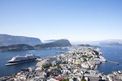 Alesund Norge port med kryssningshipen Royaltyfri Fotografi