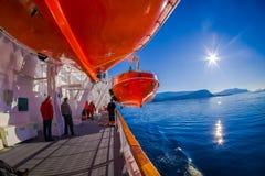 ALESUND, NORWEGEN - 4. APRIL 2018: Rettungsboote an Bord von dem Mitgliedstaat Trollfjord, bearbeitet von der norwegischen Reeder Stockfotografie