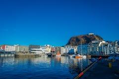 ALESUND NORWEGIA, KWIECIEŃ, - 04, 2018: Piękny lato widok Alesund portu miasteczko na zachodnim wybrzeżu Norwegia, przy Obrazy Stock