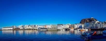 ALESUND NORWEGIA, KWIECIEŃ, - 04, 2018: Piękny panoramiczny widok Alesund portu miasteczko na zachodnim wybrzeżu Norwegia, przy Zdjęcie Royalty Free