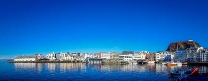 ALESUND NORWEGIA, KWIECIEŃ, - 04, 2018: Piękny panoramiczny widok Alesund portu miasteczko na zachodnim wybrzeżu Norwegia, przy Obraz Stock
