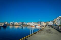ALESUND NORWEGIA, KWIECIEŃ, - 04, 2018: Piękny plenerowy widok Alesund portu miasteczko na zachodnim wybrzeżu Norwegia, przy Fotografia Royalty Free