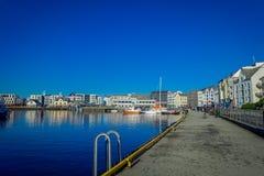 ALESUND NORWEGIA, KWIECIEŃ, - 04, 2018: Piękny plenerowy widok Alesund portu miasteczko na zachodnim wybrzeżu Norwegia, przy Obraz Royalty Free