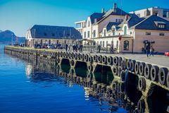 ALESUND NORWEGIA, KWIECIEŃ, - 04, 2018: Piękny plenerowy widok Alesund portu miasteczko na zachodnim wybrzeżu Norwegia, przy Zdjęcie Royalty Free
