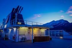ALESUND NORWEGIA, KWIECIEŃ, - 04, 2018: Plenerowy widok Hurtigruten podróż w rejsie wzdłuż norwegu wybrzeża Zdjęcie Stock