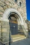 ALESUND NORWEGIA, KWIECIEŃ, - 04, 2018: Plenerowy widok kruszcowy główny drzwi przy wchodzić do Alesund kościół na Kirkegata, Zdjęcie Royalty Free