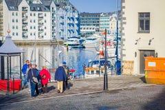 ALESUND NORWEGIA, KWIECIEŃ, - 04, 2018: Plenerowy widok turyści chodzi w Alesund historycznym centrum miasta, Norwegia Fotografia Stock