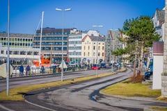 ALESUND NORWEGIA, KWIECIEŃ, - 04, 2018: Plenerowy widok turyści chodzi w Alesund historycznym centrum miasta, Norwegia Obrazy Stock