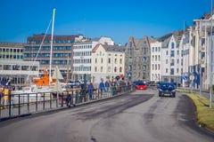 ALESUND NORWEGIA, KWIECIEŃ, - 04, 2018: Plenerowy widok turyści chodzi w Alesund historycznym centrum miasta, Norwegia Zdjęcie Royalty Free