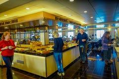 ALESUND NORWEGIA, KWIECIEŃ, - 04, 2018: Salowy widok ludzie bierze jedzenie od luksusowej kuchni wśrodku Hurtigruten podróży wewn Zdjęcia Royalty Free
