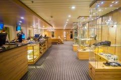ALESUND NORWEGIA, KWIECIEŃ, - 04, 2018: Salowy widok ludzie pracuje w małym sklepu spożywczego i joweley sklepie w KONG HARALD Obrazy Royalty Free