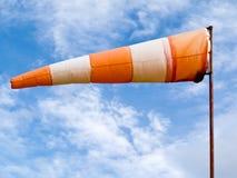 Aleta de tempo cheia do cone de vento no dia ventoso Imagens de Stock