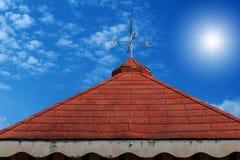 Aleta de tempo do galo no telhado Imagem de Stock Royalty Free