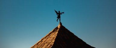 Aleta de tempo sob a forma do anjo do toque de trombeta no telhado Imagens de Stock