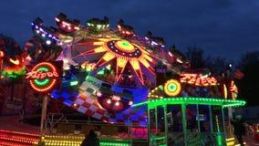 Aleta del paseo del Funfair (Fahrgeschäft) en la feria de diversión alemana (Kirmes) en la noche 4K almacen de video