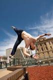 Aleta fazendo masculina fora da parede na cidade Fotos de Stock Royalty Free