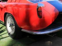 Aleta roja clásica del casquillo y de cola del combustible del coche de deportes Foto de archivo libre de regalías