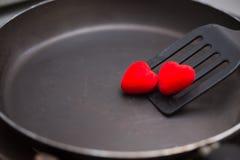 aleta usada en freír con la cacerola y el corazón Imagenes de archivo