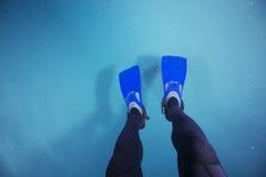 Aletas del buceo con escafandra en piscina Imágenes de archivo libres de regalías