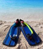 Aletas en la arena en el borde del mar. Aún-vida en un día soleado Fotografía de archivo