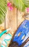 Aletas, gafas y tubo respirador en la playa tropical Imagen de archivo libre de regalías