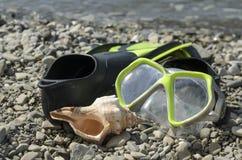 Aletas a praia da máscara Fotos de Stock Royalty Free