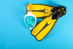Aletas y máscara de la natación en el fondo del color, visión superior imágenes de archivo libres de regalías