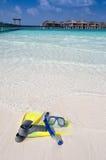 Aletas y máscara que mienten en una playa maldiva Imagenes de archivo