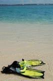 Aletas y tubo respirador en el borde de las aguas Fotografía de archivo libre de regalías