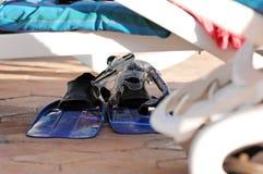 Aletas y tubo respirador en suelo Foto de archivo