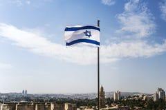 Aleteo de la bandera de Israel en el viento en el buen día soleado imagen de archivo