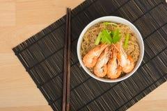 Aletria cozida com camarão no prato de madeira Fotos de Stock Royalty Free