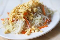 Aletria fritada, alimento chinês do tradtional imagem de stock royalty free