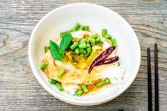 A aletria tailandesa do arroz serviu com caril, espaço da cópia Fotografia de Stock Royalty Free