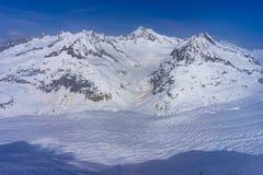Aletschgletsjer met sneeuw in April wordt behandeld dat stock afbeeldingen