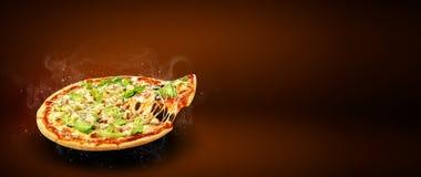 Aletta di filatoio e manifesto promozionali di concetto per il menu della pizzeria con l'insalata di Caesar della pizza di gusto, fotografia stock libera da diritti