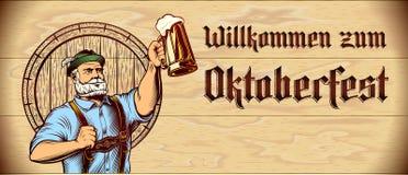 Aletta di filatoio di legno Copyspace del fondo di Oktoberfest della mano in aumento della schiuma di vetro di birra Fotografie Stock Libere da Diritti