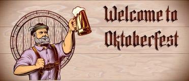 Aletta di filatoio di legno di Copyspace del fondo di Oktoberfest della mano in aumento della schiuma di vetro di birra Fotografia Stock Libera da Diritti