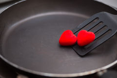 aletta utilizzata nella frittura con la pentola ed il cuore Immagini Stock