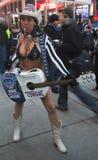 Alex, das nackte Cowgirl, unterhält die Menge im Times Square während der Woche des Super Bowl XLVIII in Manhattan Lizenzfreie Stockfotografie