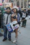 Alex, das nackte Cowgirl, unterhält die Menge im Times Square während der Woche des Super Bowl XLVIII in Manhattan Stockfotografie