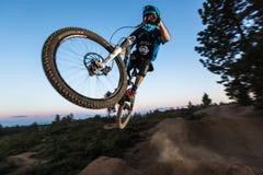 Alex Grediagin em Lair Jump Park na curvatura, Oregon Fotos de Stock