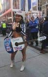 Alex, il cowgirl nudo, intrattiene la folla in Times Square durante la settimana di Super Bowl XLVIII in Manhattan Fotografia Stock